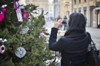 В Милане новогоднюю елку украсили товарами из секс-шопа. Правда, идея понравилась далеко не всем