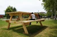 Француз соорудил очень странный стол для пикника. Остается только понять, как им пользоваться