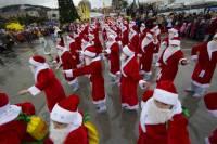Деды Морозы устроили в Ялте парад, плавно переходящий в шоу