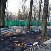 Активисты Евромайдана решили прибраться в Мариинском парке, где конкретно нагадили сторонники власти