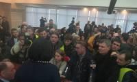 Выездное заседание Киевсовета сорвано: в здание ворвались митингующие во главе с депутатами