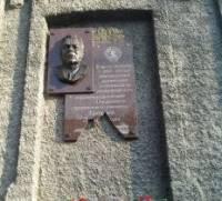 В Запорожье вандалы разбили мемориальную доску Брежневу