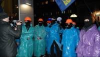 Активисты в масках и дождевиках попозировали для камер и «украсили» надписями ларьки регионалов