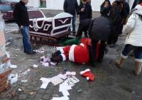 Некоторые уже начали праздновать. В Польше к детишкам приехал совершенно пьяный Санта-Клаус