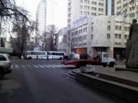 Милиция заблокировала проезд к правительственному кварталу. Под прицел попали машины с флагами и ленточками
