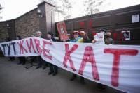 «Здесь живет палач»: манифестанты несколько часов пикетировали дачу Захарченко
