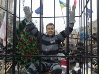 «Януковича» на Майдане посадили в клетку