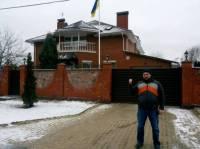 Активисты Автомайдана прибыли к дому Яценюка, который тот обещал отдать под штаб