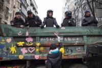 Девчонки с Евромайдана разрисовали милицейский грузовик смайликами и сердечками