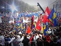 Несколько тысяч участников самообороны Майдана встали в Мариинском парке напротив сторонников Партии регионов