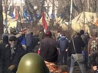 Протестующие в Мариинском парке выламывают из тротуаров кирпичи, готовясь к новым столкновениям с милицией