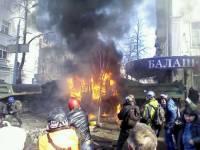 Начало сегодняшней схватки в Киеве: бабушка идет под летящими коктейлями Молотова... даже не ускоряя шаг