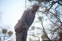 Пошла волна. По всей Украине народ массово сносит памятники Ленину