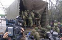 В Крыму захвачены две телерадиокомпании, отсутствует связь, проблемы с интернетом, отменены авиарейсы, а по Симферополю движутся БТРы