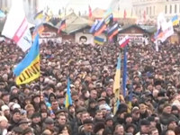 Многотысячная толпа на Майдане молится за то, чтобы Господь «дал ума русским братьям»