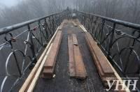 В Мариинском парке начался ремонт «Моста влюбленных»