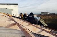 В Крыму не только российские войска разгулялись, но и стихия: ветер валит деревья и водонапорные башни, срывает крыши