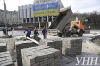В Киеве на Грушевского начали наводить красоту. Уже кладут брусчатку