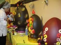 Закарпатский кондитер к Пасхе создал гигантские шоколадные яйца общим весом в 120 килограмм