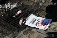 В понедельник львовяне сливали русскую водку в канализацию