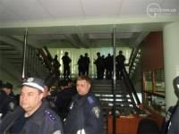 В горсовете Мариуполя подтвердили, что здание до сих пор контролируется протестующими. Идут переговоры