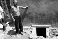 Из-за упавшего в выгребную яму телефона едва не погибла вся семья. Двоих спасти не удалось