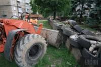 В Донецке начали убирать баррикады у здания ОГА, а также выносить горы мусора из самой администрации