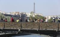 В Париже из-за влюбленных рухнула ограда моста через Сену