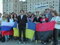 Москвичи вышли с украинскими флагами и в вышиванках, чтобы выразить поддержку украинцам