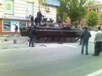 По Горловке проехала колонна бронетехники во главе с танками без опознавательных знаков