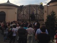 Как активисты пикетировали дачу Рината Ахметова под Киевом