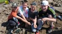 Потрясающее везение. Английские школьники решили принять участие в раскопках и… сразу же наткнулись на уникальный золотой артефакт