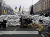На Майдане возле Дома профсоюзов начали разбирать баррикады. На всякий случай подогнали автозак