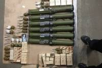 В Киеве мужчина получил посылку, в которой было 40 гранат, 6 гранатометов и куча патронов