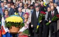 «Мы в вас верим». Пока Порошенко возлагал цветы к памятникам, народ не скупился на овации