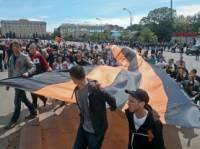 По Харькову пронесли 30-метровую Георгиевскую ленточку