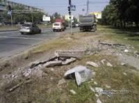 В Киеве водитель грузовика, проморгав «красный» сигнал светофора, снес бетонный столб