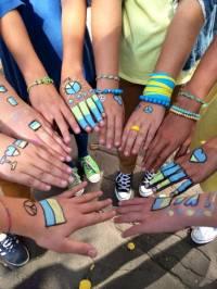 Московские школьники разукрасили себя в цвета украинского флага, выступая против войны с Украиной
