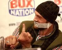 Дерзкий британец Тайсон Фьюри пришел на пресс-конференцию с заклеенным ртом. Правда, красноречивых жестов показал вдоволь