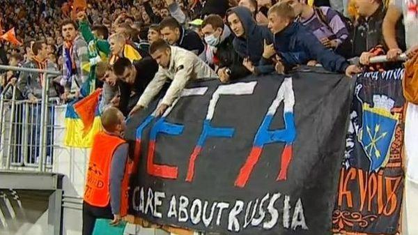 На матче «Шахтер» — «Порту» фанаты «горняков» вывесили очень странный флаг. Интересно, что они этим хотели сказать?