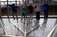 В Эйфелевой башне для любителей острых ощущений соорудили этаж со стеклянным полом