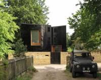 Этот дом словно сделан по мотивам детской страшилки о черной-черной планете