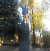 На Одесщине Ленина «приодели» в желтые брюки и модный голубой пиджак