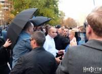 В Николаеве Шуфричу устроили суровый прием, забросав его яйцами. Фото с места событий