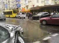 В центре Киева джип взял на таран троллейбус и еще четыре автомобиля