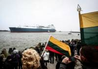 Сотни литовцев вышли встречать первый танкер с не российским газом, как на праздник