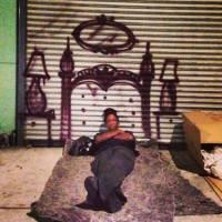 В Лос-Анджелесе парень... рисует дома для бездомных