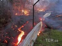 На Гавайях раскаленная лава из вулкана движется в сторону поселка