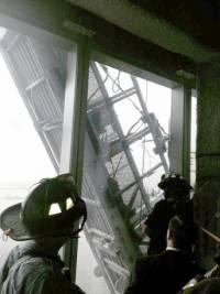 В Нью-Йорке спасли мойщиков окон, застрявших на стене ТЦ... на высоте 50-го этажа