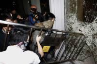 В Гонконге разъяренная толпа ворвалась в законодательное собрание